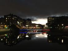 Frankrikes färger lyser från Kaptensbron