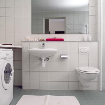 Vägghängd toalett med cistern