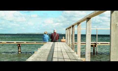 Molly Berg Philips och Erik Nielsen ser ut mot Sverige