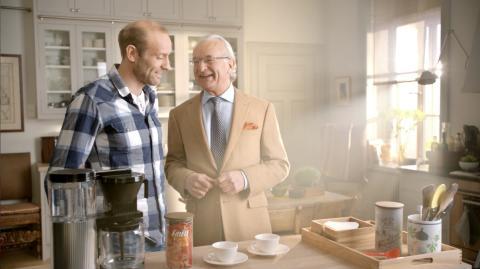 Herman Friele lager kaffe med Odd-Bjørn Hjelmeset