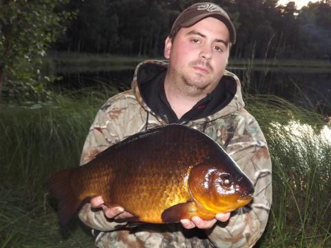 Bild på svenskt sportfiskerekord för arten ruda