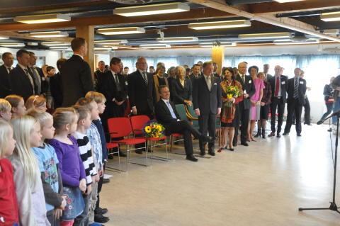 Jan Björklund gratuleras med sång av stående kung drottning och president.