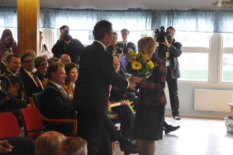 Eila Bromme gratulerar Jan Björklund på hans 50-års dag.