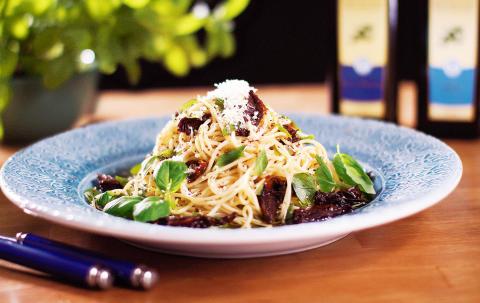 Halloumitoppad spaghetti  med soltorkade tomater och olivolja