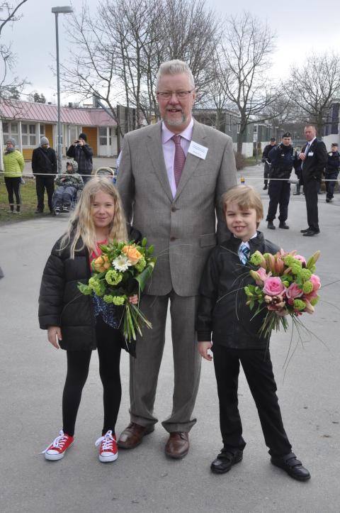 Rektor Markku Peura med elever i väntan på gästerna.