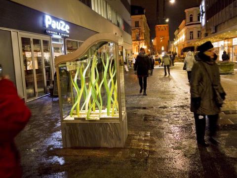 Växtkraft - ett glaskonstverk på Växjös Glasgata.