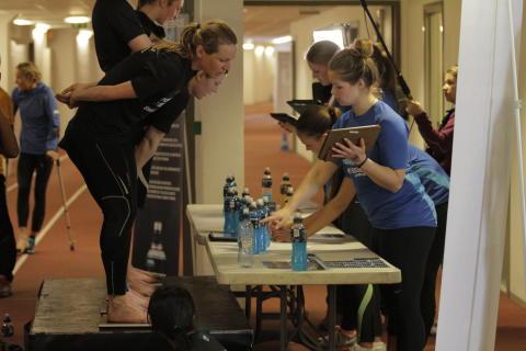 Deltakerne på Powerade Sweat Session veide seg før og etter trening som en del av hydreringstesten