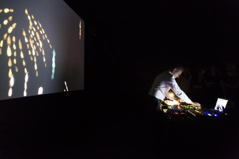 Liveset med Hans Berg. Visuals av Nathalie Djurberg