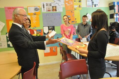 Kungaparet tar emot gåva med råd till morföräldrar av eleverna.
