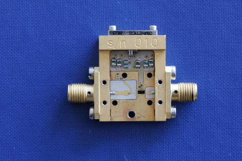 Amplifier for receiving signals from space probes and satellites