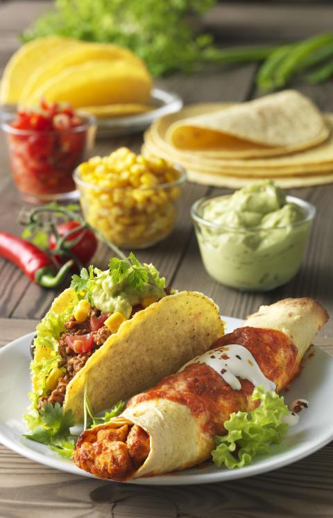 Säg ¡Hola! till en ny mexikansk kompis.  Variera Tex Mex-buffén med enchiladas.