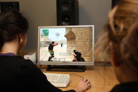 Tjejer spelar, utvärderar och visionerar om datorspel