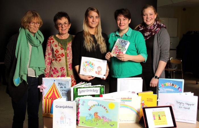 Bodil Örberg, Elisabet Radeklev, Tova Ahlgren, Christine Faijermo och Caroline Bengtsson med några av de 48 böckerna som skrivits under bokprojektet.