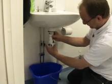 Titanias informationsfilm om rensning av vattenlås i handfat för att slippa stopp i avloppet