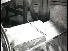 En liten film om bearbetning och tillredning av porslinslera vid Gustavsbergs Porslinsfabrik