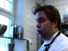 Andreas Hedlund lagar färskpotatis