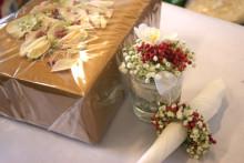 Fina paket med rosenblad i cellofan