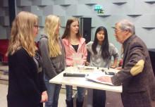 Förintelseöverlevaren Emerich Roth besöker Viksjöskolan under Fredsveckan