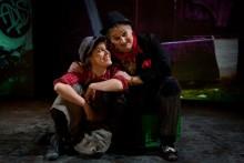 Pantomimteatern senaste succéföreställning Charlies Unge åker än en gång på turné utomlands!