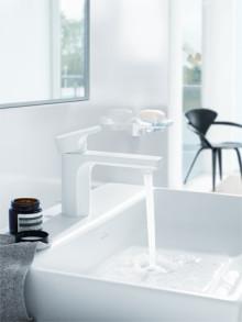 Badrummet får ett lyft med ny blandare i vitt