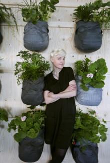 Bea Szenfeld gjorde en väggträdgård av gamla jackor