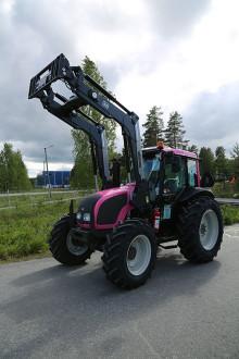 Lantmännen Maskin och Valtra stödjer cancerforskning med rosa traktorer