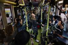 Zara Larssons och Seinabo Seys filmer från elbussen når över 2,5 miljoner visningar