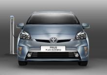 Första svenska laddhybriden från Toyota levereras