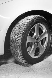 Talvirenkaiden vaihdon aika parissa plusasteessa – Asiantuntijan vinkeillä pidennät renkaiden käyttöikää