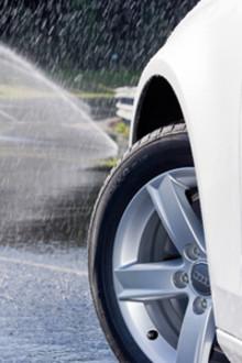 Kjør trygt og nyt turen: Gode sommerdekk sparer penger