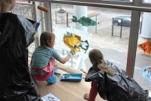 Suomenlinnan ala-asteen oppilaat piirsivät kaloja matkustajasilloille
