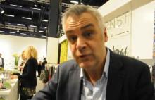Stolt Ernst Kirchsteiger visar upp sina nya produkter för trädgården