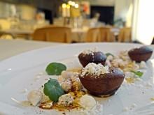 Bakad choklad med lakritsmaräng, vit choklad- och kaffekrisp - Festivalrecept med utvalt vin
