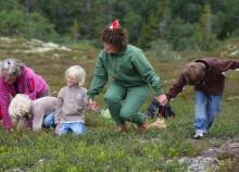 Kerstin Björck, Haninge och Skogsmulleledarnas riksförening, Finland, får Gösta Frohms Skogsmullestipendium 2015