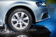 Når sommerregnet høljer ned: Lett på gassen –  unngå vannplaning!