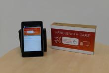 Tryckta etiketter och mobilen kommunicerar med kroppen som kanal