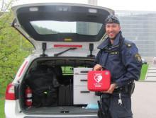 Gemensamt projekt för att rädda liv  - nu utrustas polisbilar med hjärtstartare