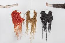 Pressvisning med klädeskonst i lakrits