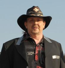 Lasse Stefanz Olle Jönsson är årets skåning och får sin hatt som bakelse