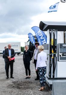 Infrastrukturminister Anna Johansson invigde unik förnybar mack i Norrköping