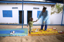 Var femte som smittas av ebola är ett barn