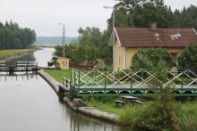 Nybyggda slussportar lyfts på plats vid Brådtom sluss, Göta kanal