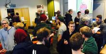 Studenter och spelutvecklare spelar spel och snackar ex-jobb