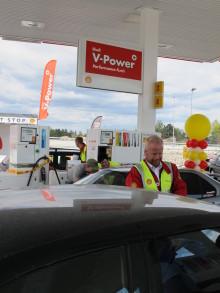 """Shells første """"Fremtidsstasjon"""" med historisk bensinpris"""