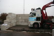 Återvinning och nytänk gör gamla tv-rutor till vuxenlego i betong