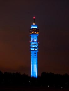 Kaknästornet lyser blått för Idolfinalisterna