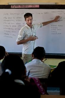 Ung lärarstudent intervjuar Dalai lama