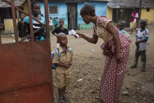 Skolorna i Liberia öppnar igen