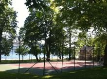 Spela tennis på Sveriges vackraste tennisbana på grönskande Skeppsholmen