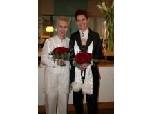 Gosia och Ewa med brudbuketter av Interfloras Johan Pettersson